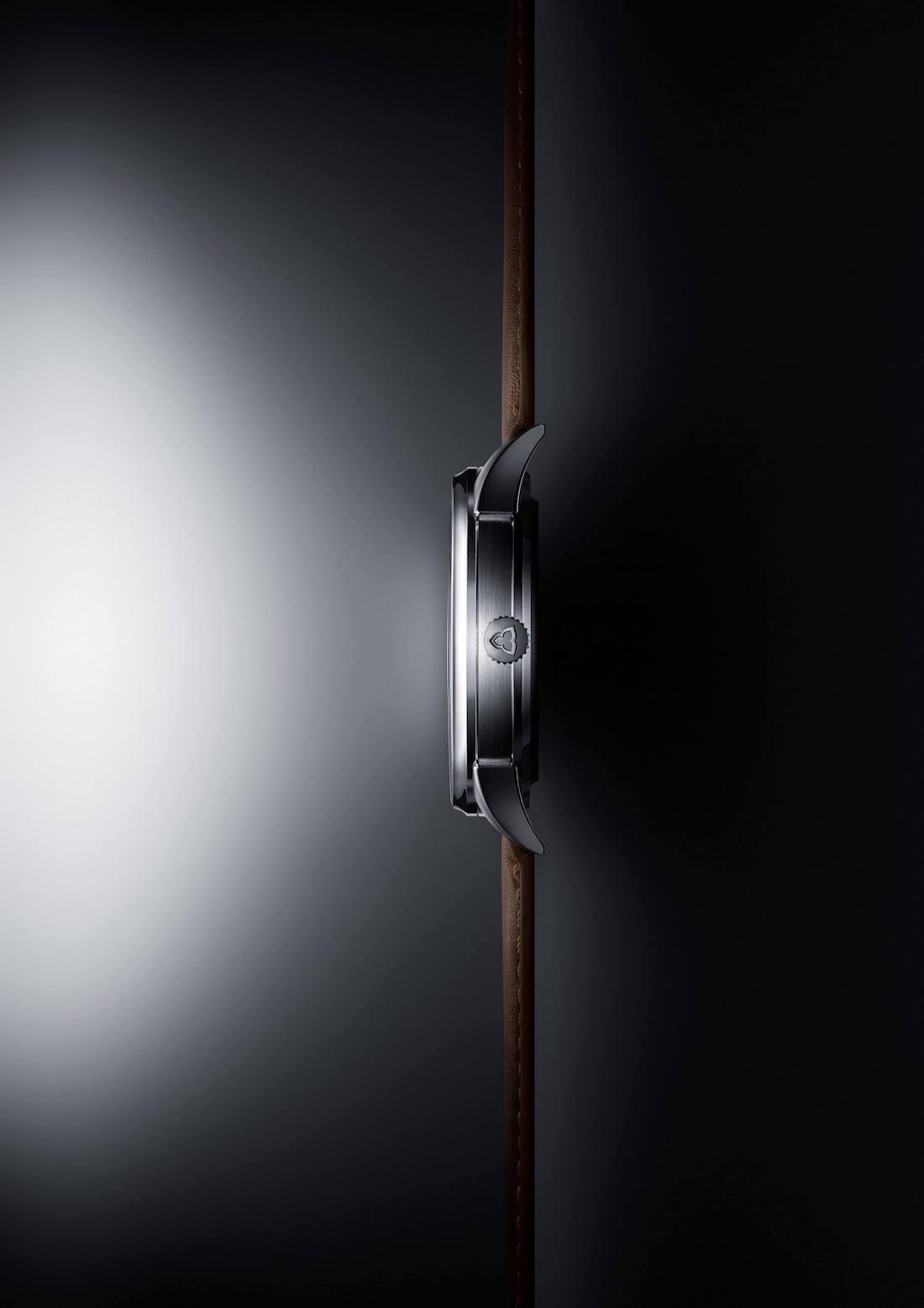 Vue de profil du boîtier d'une montre automatique Trilobe