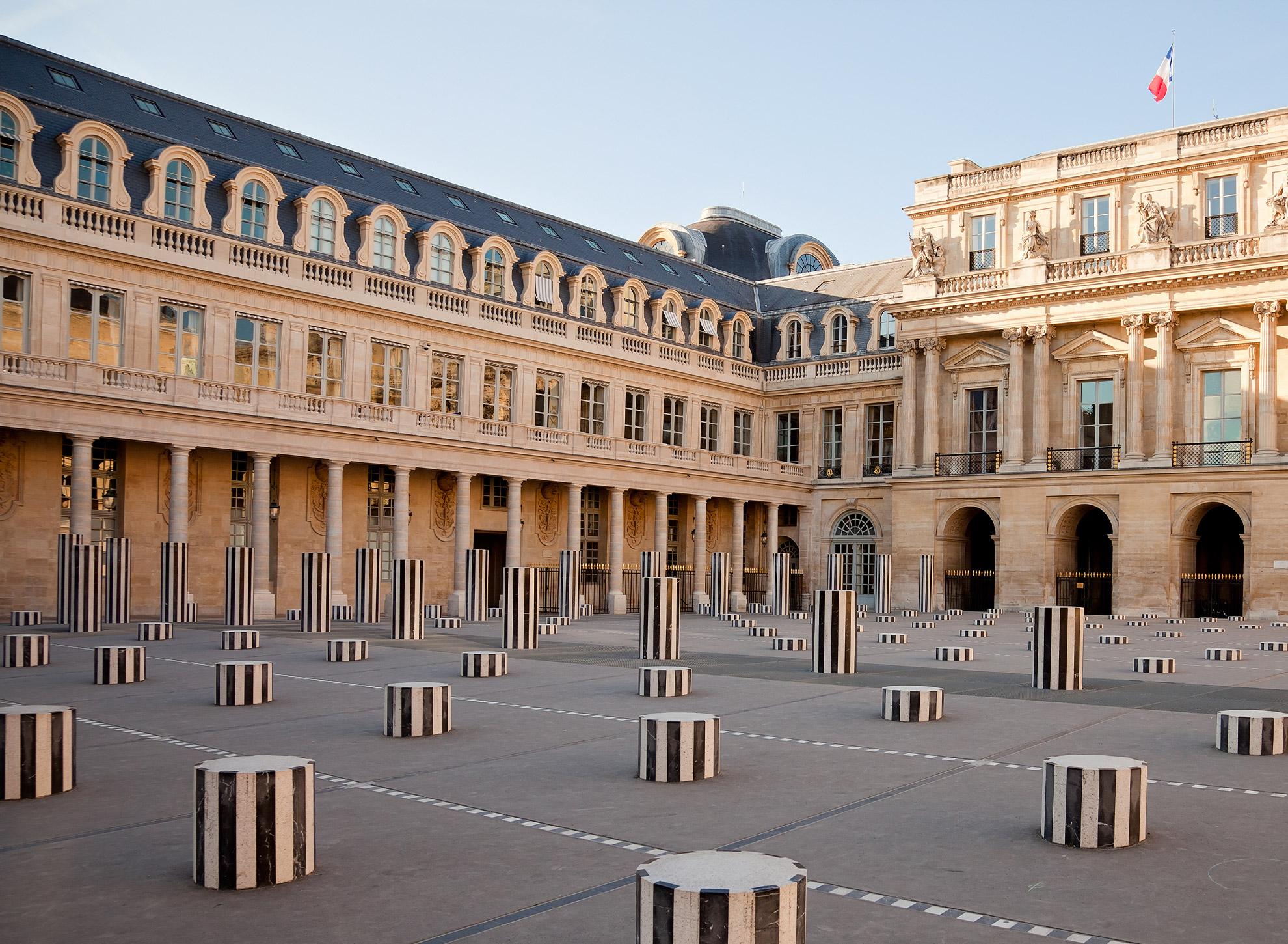 Les Deux Plateaux, Cour d'Honneur du Palais Royal, Paris. Œuvre réalisée par Daniel Buren.